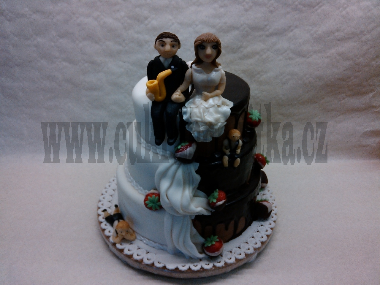 svatební 3 patrový půlený čokoládovo čokoládový-míša,marcipánovo ovocný míša