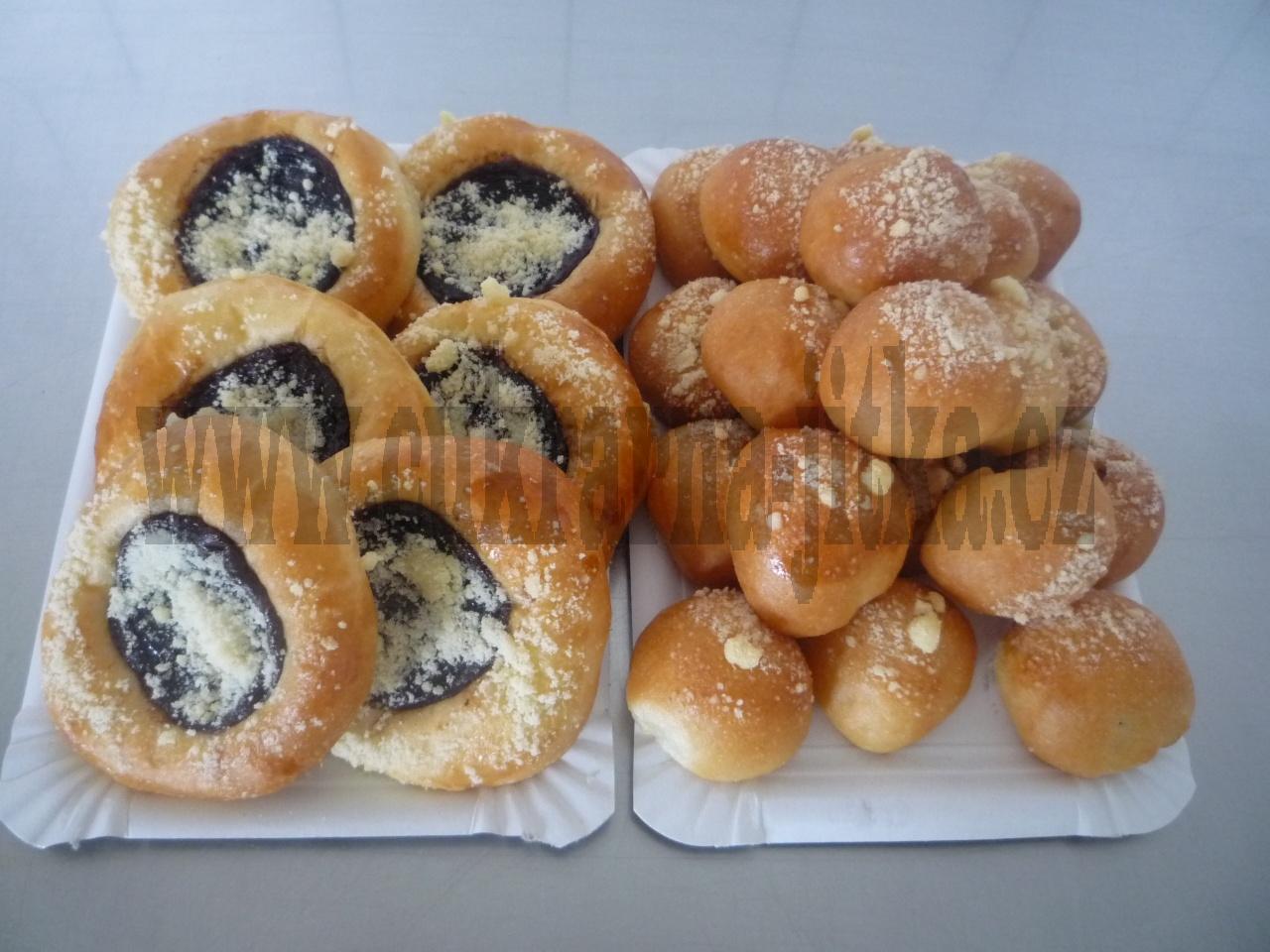 koláčky velké náplň:vrch povidla nebo ořech- uvnitř tvaroh, koláčky malé : tvaroh, mak, povidla, ořech