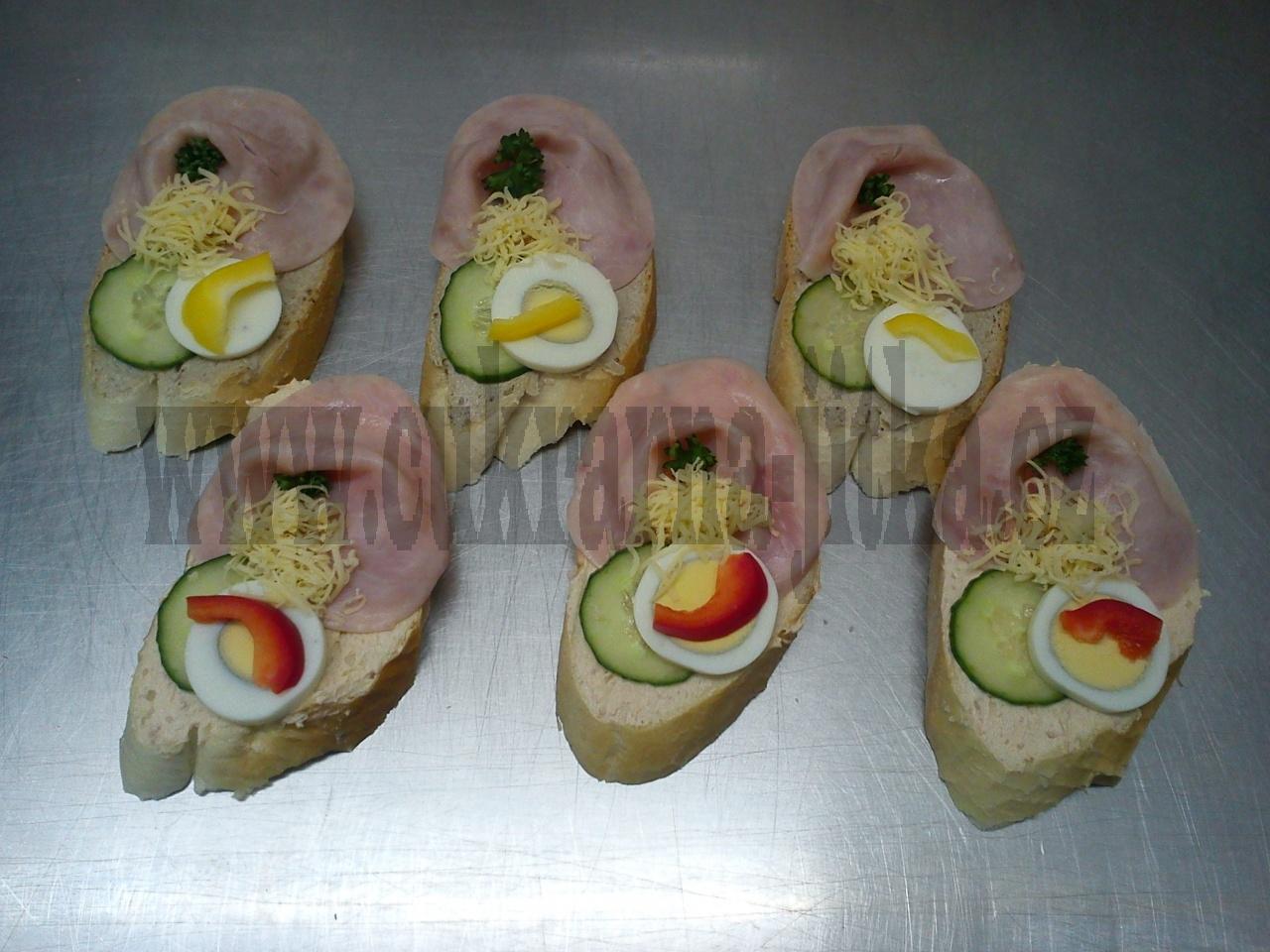 chlebíčky, pomazánka rybičková - šunková, čerstvá okurka