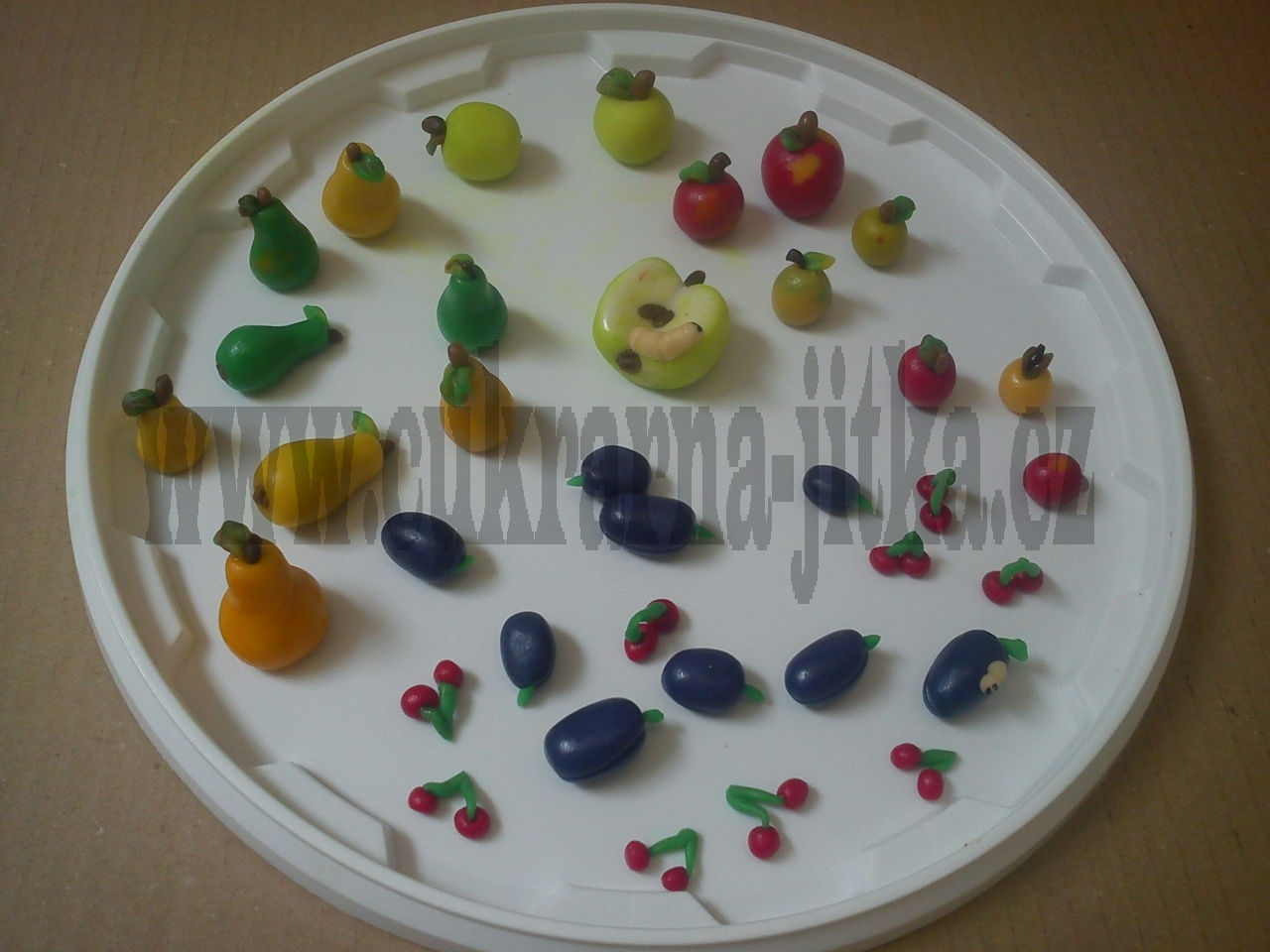 marcipánové ovoce,hrušky,švestky,jablka,třešínky,červík