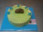 kulatý dort celý v zeleném kokosu s autíčkem