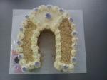 svatební dort podkova - bilá čokoláda ,oříšky č.