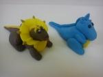 figurka marcipánová dinosauři hnědý a modrý