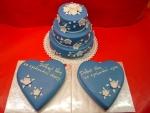 svatební 3 patrový modrý dort  s bílými kvítky a děkovná srdce č.440