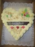 srdce dort - vrch krém sypané ořechem + čokoládový nápis