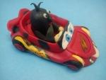 figurka marcipánová krteček v červeném autíčku