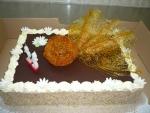 dort obdelník, vrch čokoláda + ozdoba koule karamelová s vějířem
